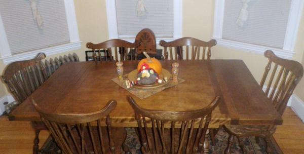 Antique Vintage Dark wood Rockingham expandable Dining Table   Has 6  original chairs   2 Leafs. Antique Vintage Dark wood Rockingham expandable Dining Table   Has