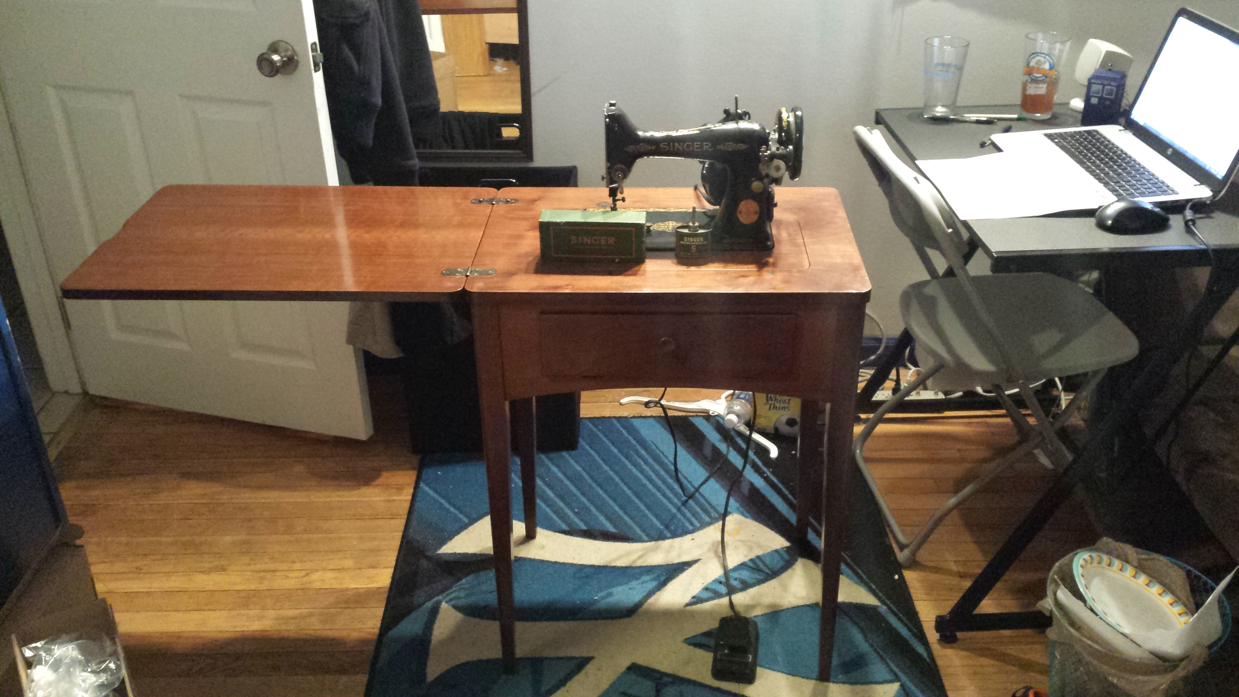Antique 1949 Singer Sewing Machine With Sewing Cabinet.