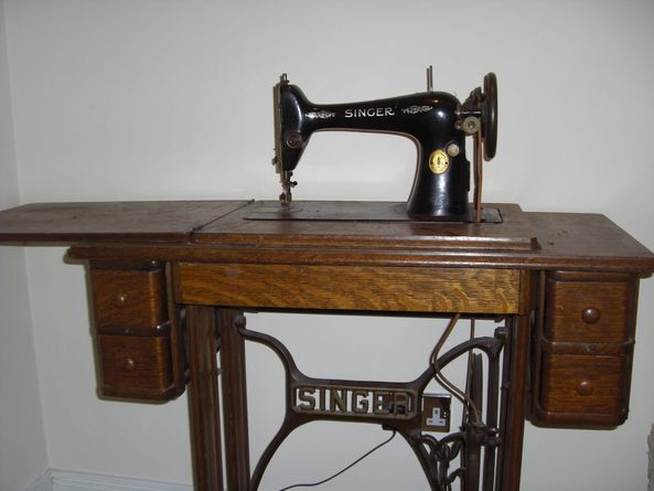 Incroyable Singer Sewing Machine With Table Circa 1929
