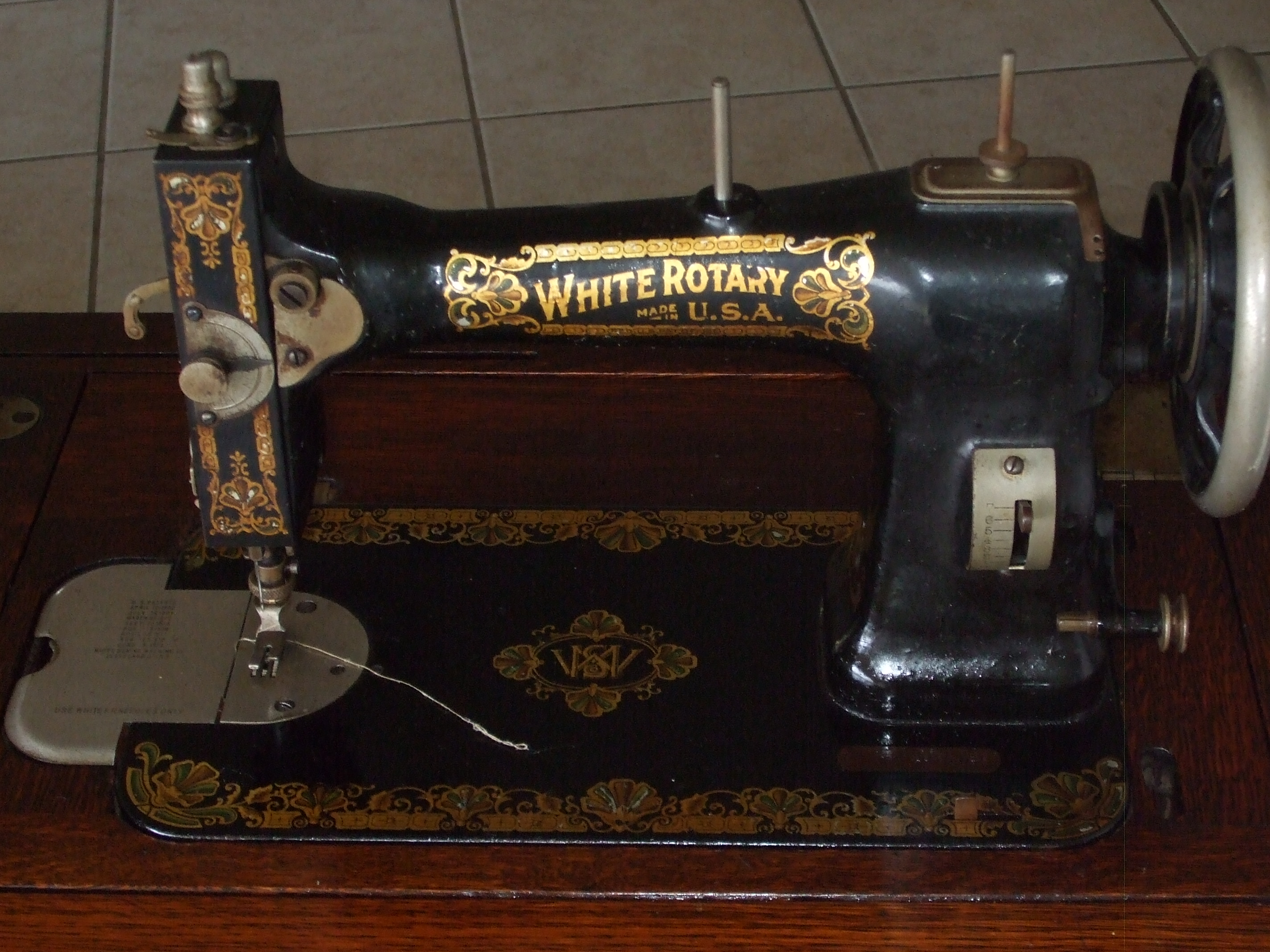 1920s White Rotary Treddle Sewing Machine In Wooden
