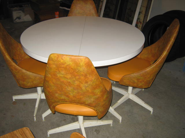 Walter Of Wabash Retro Round Table With 4 Oramge Chairs